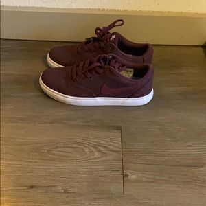 Maroon, size 6 Nike